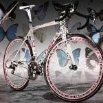 Una bicicleta profesional puede ser extremadamente cara, pero esta bicicleta deja en ridículo al resto de los precios de esas bicicletas, ésta fue utilizada por Lance Armstrong en el Tour de France de 2009 y fue decorada con alas de mariposa reales a lo largo de toda la estructura. En su subasta llegó al medio millón de dólares.