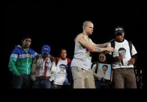 Dedica Calle 13 parte del concierto a Ayotzinapa
