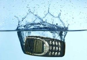 ¿Qué hacer si mojas tu celular?