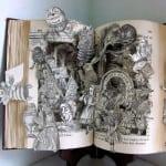 Esta pieza es obra de una escultora de libros llamada Susan Hoerth, quien ha recolectado libros en sus viajes alrededor del mundo para darle forma en múltiples esculturas.