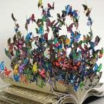 Obra de David Kracov, hecha de metal y arcilla, de un libro salen cientas de mariposas que representan la fragilidad y la sinceridad, llena de color es un tributo a la vida.
