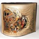 Brian Dettmer, un artista de Nueva York, usa pinzas, cuchillos, bisturís y otras herramientas quirúrgicas para diseccionar y tallar viejos libros en esculturas complicadas y hermosas.