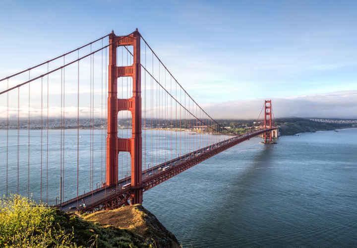 Uno de los más espectaculares del mundo. Cuenta con una longitud de 1280 metros y se suspende gracias a dos torres de 227 metros de altura.