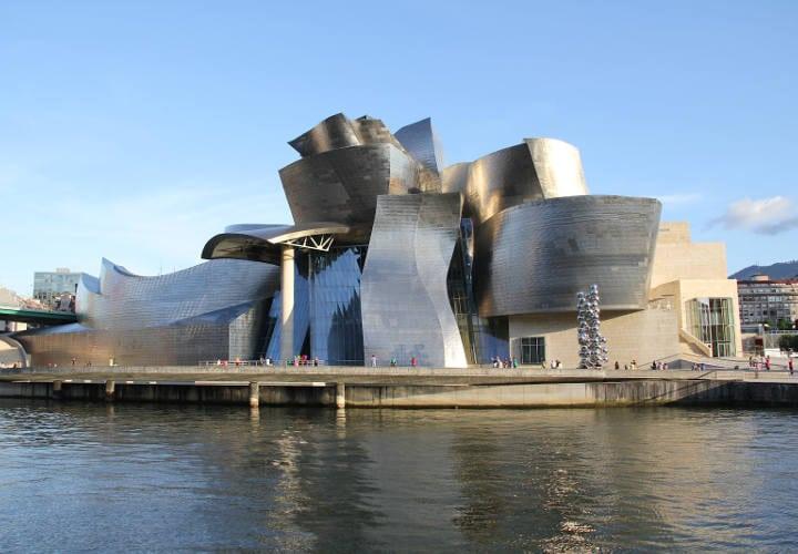 Tiene una  colección de obras de arte contemporáneo, y por otro por lo inusual y extravagante de su diseño.