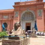 Diseñado en 1902, el Museo del Cairo se creó con la intención de agrupar todas las obras de arte egipcio que se descubrieron a lo largo de la segunda mitad del S. XIX. Entre otras obras destaca, por ejemplo, el tesoro de Tutankamon, que incluye su máscara funeraria y su ataúd.