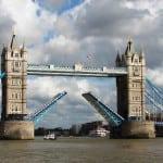 El Puente de la Torre, es un icono de la ciudad de Londres, una imagen universal de la capital británica. Entre las dos torres hay una distancia de 61 metros, y es aquí donde se encuentran las dos levas, que pueden elevar hasta un ángulo de 86 grados para permitir pasar el tráfico fluvial, una distancia que recorren en un minuto.