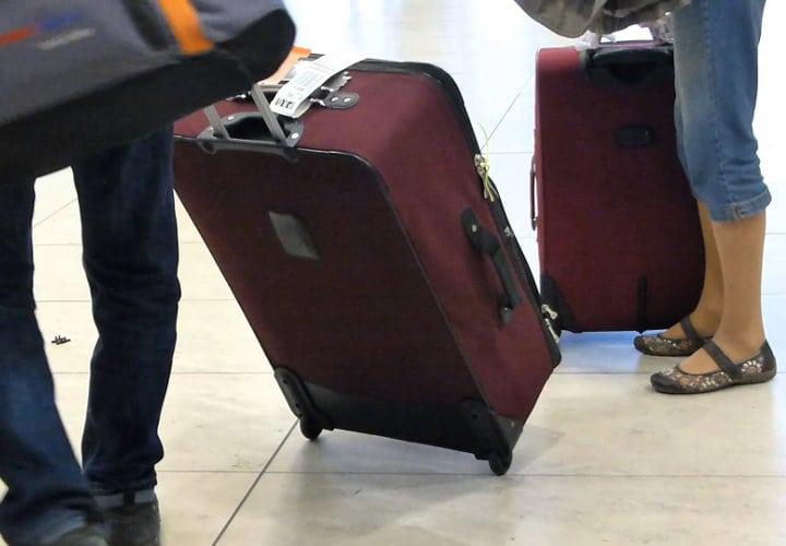 personas junto a su equipaje