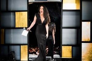 002 Despampanante en un vestido negro