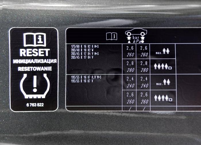 llanta-etiqueta-presion-llantas-puerta