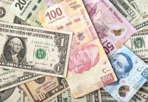 dolares y encima se ven billetes de distintas cantidades