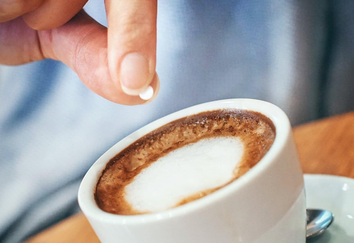 El alcohol de azúcar, que se encuentra comúnmente en dulces sin azúcar y edulcorantes artificiales, es difícil de digerir, lo que lleva a una hinchazón y malestar.